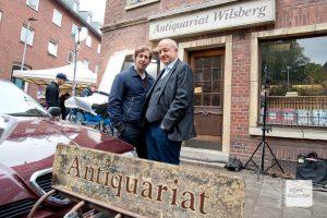 """Die """"Wilsberg""""-Schauspieler Oliver Korittke und Leonard Lansink (re.) bei Dreharbeiten am Antiquariat im vergangenen Herbst. (Foto: Michael Bührke)"""