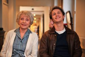 Madeleine (Annie Cordy) und ihr Enkelsohn Romain (Mathieu Spinosi) vergnügen sich im Altersheim mit rätselhafter Kunst. (Foto: Neue Visionen Filmverleih)