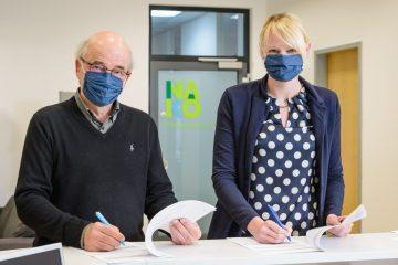 Zentrums-Leiterin Nicole Legath und Institutsdirektor Prof. Klaus Berger haben es selbst ausprobiert: Das Ausfüllen des COVID-19-Fragebogens dauert nur wenige Minuten. Die beiden NAKO-Verantwortlichen gehören zum Institut für Epidemiologie und Sozialmedizin der Universität Münster, das als Träger der Studienzentrale fungiert und Mitinitiator der NAKO war (Foto: WWU / E. Wibberg)