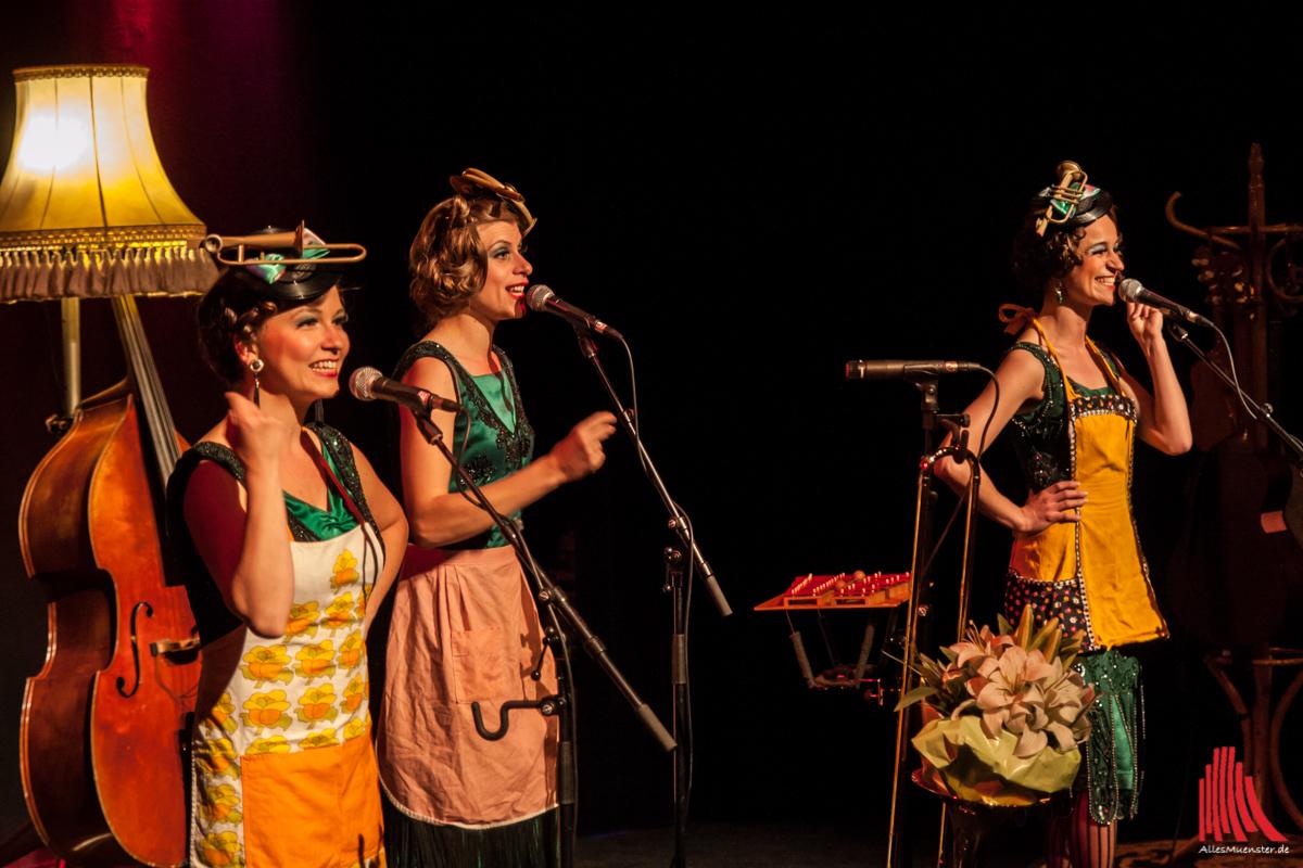 Passend zum Lied über die Zucchinitorte banden sich die drei Damen die Schürzen um. (Foto: sg)