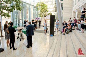 Während der Ausstellungseröfnung im Foyer der Bezirksregierung. (Foto: Michael Bührke)