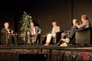 Frauke Burgdorff, Matthias Schwarte, Prof. Ute von Lojewski, Dr. Birgit Hagenhoff (Tascon GmbH) und Luca Horoba vom AStA im Gespräch. (Foto: Michael Bührke)