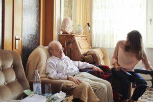 Das Team von ZWEITZEUGEN e.V. interviewt Holocaust-Überlebende – hier zum Beispiel Rolf Abrahamsohn aus Marl. (Foto: ZWEITZEUGEN e.V.)