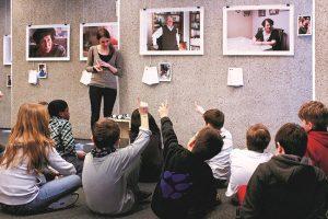 Die Berichte der Überlebenden trägt das Team von ZWEITZEUGEN e.V. durch Workshops auch in Schulen und außerschulische Einrichtungen. (Foto: ZWEITZEUGEN e.V.)