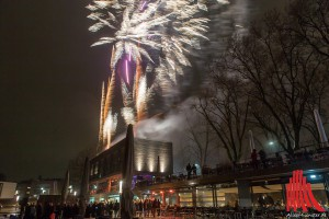 Auch das nass-kalte Wetter konnte die Gäste nicht davon abhalten, sich das beeindruckende Feuerwerk anzuschauen. (Foto: ml)