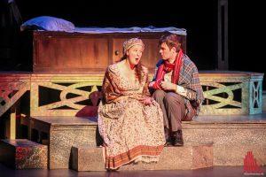 Der junge Ebenezer Scrooge mit seiner Verliebten. (Foto: bk)