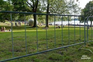 """Schon """"hinter Gittern"""", aber ruhig hatte der Freitagabend am Aasee begonnen. (Foto: Michael Wietholt)"""
