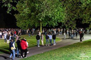 Nach Schätzungen der Polizei hielten sich etwa 600 Menschen auf den Wiesen an den Aaseekugeln auf. (Foto: Thomas Hölscher)