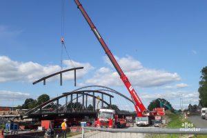 Eine Spezialfirma aus den Niederlanden nahm die Wolbecker-Straßen-Brücke gestern Stück für Stück auseinander. Dahinter ist die neue Brücke zu sehen. (Foto: Ralf Clausen)