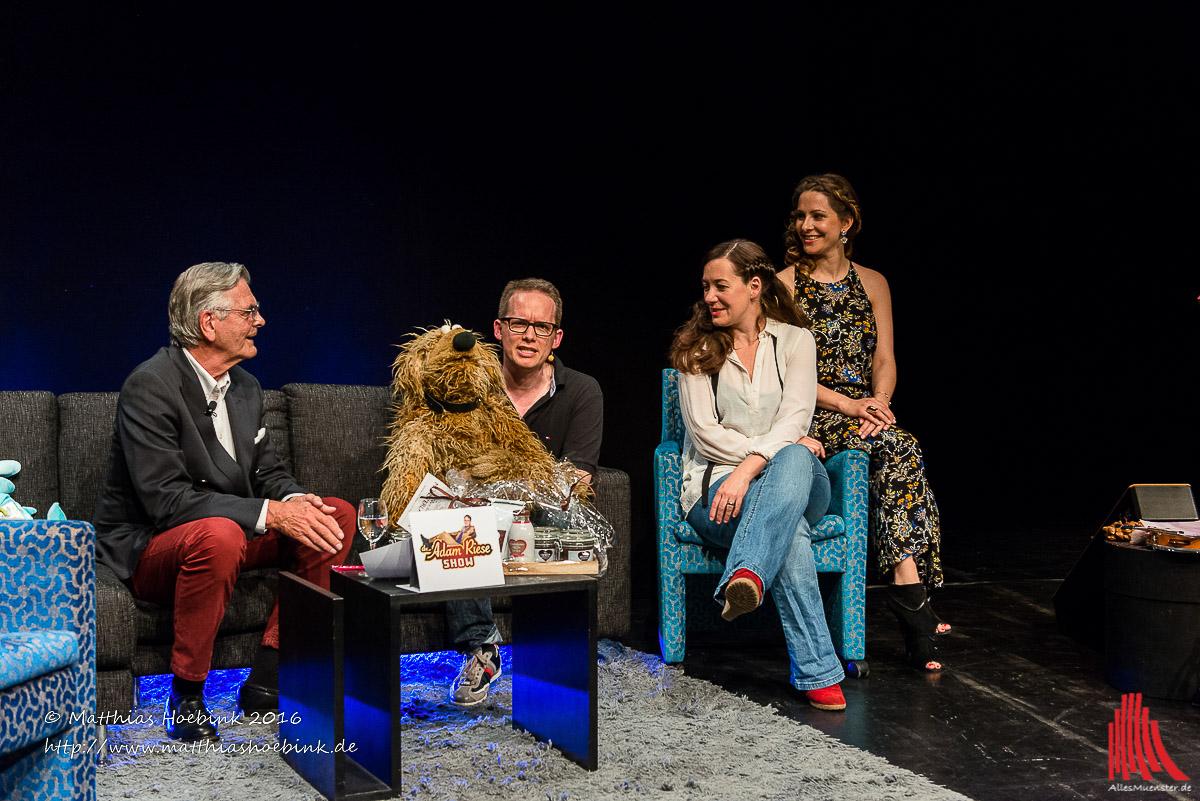 Am Sonntag auf dem Sofa bei der Adam Riese Show im Pumpenhaus: Josef Baron Kerckerinck, Martin Reinl mit Wiwaldi, Ilka Luza und Assistentin Isabelle. (Foto: th)