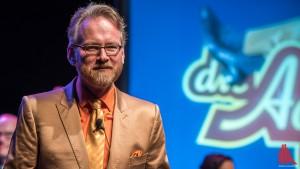 Showmaster Adam Riese begrüßt auch in der November-Auflage seiner Show interessante Talkgäste. (Foto: ts)