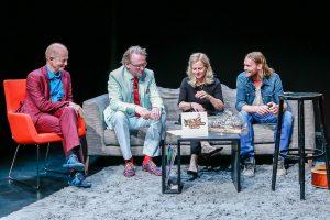 Zum letzten Mal lockte Adam Riese (2.v.l.) seine Gäste zum Sofa-Plausch ins Pumpenhaus: Martin Quilitz (li.), Annette Benjamin und Ingo Pohlmann. (Foto: Tom Heyken)