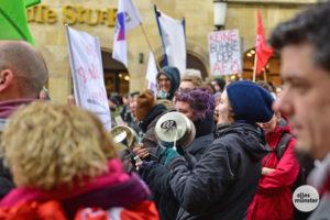 Den AfD-Mitgliedern schlug auf ihrem Weg zum Rathaus bunter und lauter Protest entgegen. (Foto: Tessa-Viola Kloep)