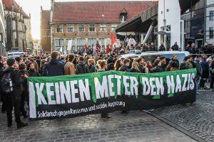 Vor der Stadtbücherei haben sich AfD-Gegner versammelt. (Foto: privat)