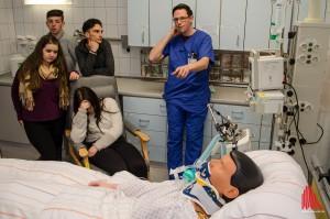 Krankenpfleger Christian Wessels erläutert die Bedeutung der vielen Geräte und Monitore, an die die Patienten auf seiner Station angeschlossen werden. (Foto: th)