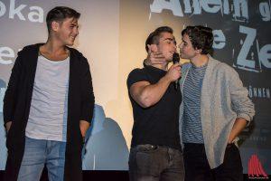 Zeit zum Rumalbern war natürlich auch: Jonathan-Elias Weiske (Mitte) und Timon Wloka (re.) zeigten, wie die Kussszenen für den Film geprobt wurden. (Foto: th)