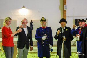 Neben Oberbürgermeister Markus Lewe (2.v.l.) kamen auch Kiepenkerle und Kollegen, um der neuen Zoodirektorin Dr. Simone Schehka zu gratulieren. (Foto: Katja Angenent)