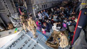 Tausende Ortskräfte hoffen in Kabul auf Evakuierungsflüge der Bundeswehr. Das Bild zeigt Menschen, die mit dem zweiten Evakuierungsflug gerettet wurden. (Symbolbild: Bundeswehr / Marc Tessensohn)