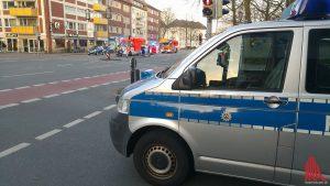An der Friedrich-Ebert-Str. / Frie-Vendt-Str. fordert die Polizei Passanten auf, nach Hause zu fahren und Türen und Fenster geschlossen zu halten. Wenig später wird im Viertel eine Wohnung durchsucht. (Foto: mb)