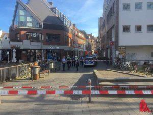 Zum Teil schwer bewaffnete Polizisten sperrten den Bereich um den Tatort weiträumig ab. (Foto: th)