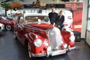 """Leidenschaften"""" wecken die chromblitzenden Schätze wie dieses Mercedes Benz 220A Cabriolet von 1959, die Ralf Voss auf den Kunst- und Antiquitäten-Tagen in Münster zeigt. Projektleiterin Jeanette Bouillon freut sich auf dieses und weitere historische Fahrzeuge. (Foto: MCC)"""