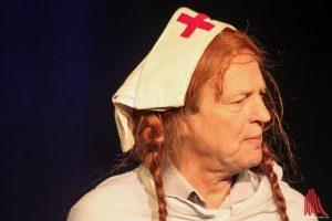 Arnulf Rating setzt Spritzen als Schwester Hedwig - Hauptsache gefügig. (Foto: bk)