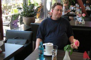 Christoph Aschenbrenner mit Tee im Cafe Colibri. (Foto: ka)
