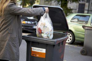 Die Mülltonnen müssen zwischen den Jahren einen Tag länger auf Abholung warten. (Foto: AWM)