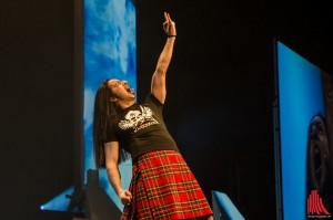 Bülent Ceylan gibt die Frittengabel im Schottenrock. (Foto: th)