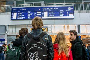 """Auch in Münster waren Bahnreisende durch Sturmtief """"Xavier"""" gestrandet und hielten die Anzeigetafeln im Blick. (Foto: nn)"""