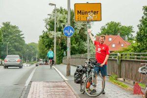 Trotz Regen gute Laune: Alexander Creutzburg ist nach 106 Kilometern in Münster angekommen. (Foto: Michael Bührke)