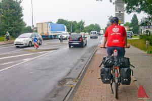 Warendorfer Straße, kurz vor dem Ortseingang: Alexander Creutzburg hat es mal wieder geschafft. (Foto: Michael Bührke)