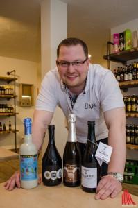 Daniel Lütke Zutelgte mit einem Teil der rund 350 verschiedenen Biersorten. (Foto: th)