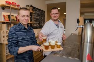 """In Sachen """"gutes Bier"""" kennen sich Waldemar Janzen (li.) und Daniel Lütke Zutelgte bestens aus. (Foto: th)"""