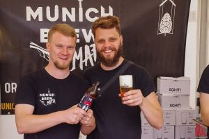 Ein Prost auf die Mafia: Bei der Munich Brew Mafia auf dem Bierfest freut man sich über zitroniges Pils. (Foto: Katja Angenent)