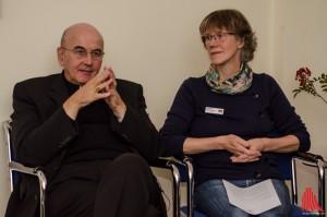 Bischof Felix Genn und Hospiz-Krankenschwester Waltraud Krüskemper. (Foto: th)