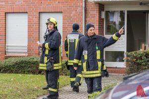 Fußtrupps der Feuerwehr gingen von Haus zu Haus und informierten die Anwohner im Sperrbezirk. (Foto: Thomas Hölscher)