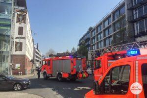 Am Hafenweg ist die Feuerwehr wegen eines Bombenfundes im Einsatz. (Foto: Thomas Hölscher)