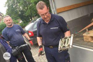 """Horst Schöwe (re.) und Peter Asmussen vom Kampfmittelbeseitigungsdienst zeigen die """"Raketenklemme"""", ein Werkzeug, das bei der Entschärfung eingesetzt wurde. (Foto: Thomas Hölscher)"""