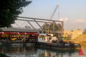 Ein Schlepper bringt die neue Brücke für die Schillerstraße in Position. (Foto: rc)