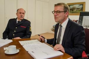 Feuerwehr-Chef Benno Fritzen (li.) und Stadtrat Wolfgang Heuer. (Foto: th)