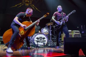 """Die """"Tiger Army"""" um Nick 13 (rechts) hatte trotz des schlechten Sounds Spaß auf der Bühne. (Foto: th)"""
