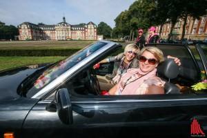 """160 Fahrerinnen starteten bei der Lady Cabrio Rallye """"oben ohne"""" vor dem Schloss. (Foto: rwe)"""