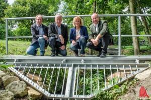 (v.l.:)  Berthold Reloe, Gerhard Rüller und Christiane Bömer vom Tiefbauamt sowie Oberbürgermeister Markus Lewe freuen sich auf einen zukünftig schöner und nützlich gestalteten Canisiusgraben. (Foto: th)
