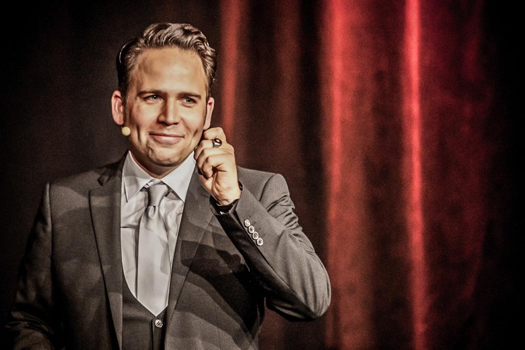 Christoph Tiemann moderiert eine große Benefiz-Gala. (Foto: PR)