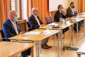(v.l.) Thomas Reisener (Sprecher der Stadt Münster), Markus Lewe (Oberbürgermeister), Wolfgang Heuer (Leiter des Krisenstabs) und Dr. Norbert Schulze Kalthoff (Leiter des Gesundheitsamts). (Foto: Michael Bührke)