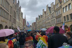 Gelegentliche Regenschauer hielten mehrere hundert Menschen nicht davon ab, mit dem CSD Münster e.V. für die Gleichstellung und Akzeptanz sexueller und geschlechtlicher Vielfalt zu demonstrieren. (Foto: Jasmin Reghat)