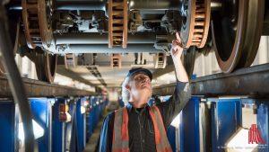 Werkstattleiter Alfred Greiwe prüft den Radsatz eines Doppelstockzuges. (Foto: wf / Weber)