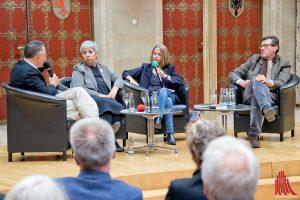 Diskutierten im Rathausfestsaal (v.l.): Der Nahostkorrespondent Christoph Reuter, die Juristin Seyran Ateş, die WDR-Moderatorin Gisela Steinhauer und der Ethnologe Prof. Thomas Hauschild. (Foto: mb)