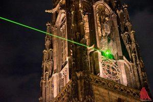 """Ein grüner Laserstrahl weist auf die Käfige an St. Lamberti. Die ehemalige Studentin der FH Münster, Lena Sandfort, hat das Projekt ins Leben gerufen. Die Illumination umrahmt die Programmwoche """"1648 Dialoge zum Frieden"""". Zu sehen ist sie noch bis zum 12. Oktober jeden Abend von 19.30 bis 23.30 Uhr. (Foto: mb)"""